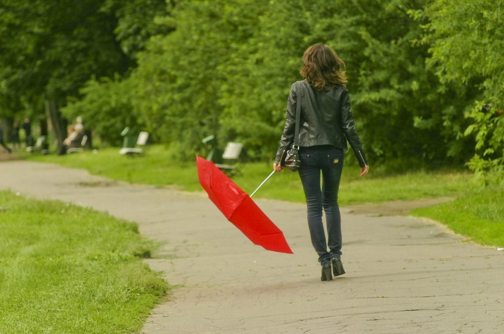 marcher-parc-sous-pluie